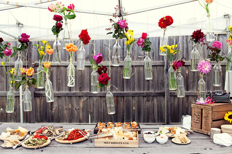 cheap-and-creative-garden-wedding-decoration-ideas-colorful-flowers-in-hanging-glass-bottles-for-wedding-bahce-dugunleri-icin-dekorasyon-onerileri